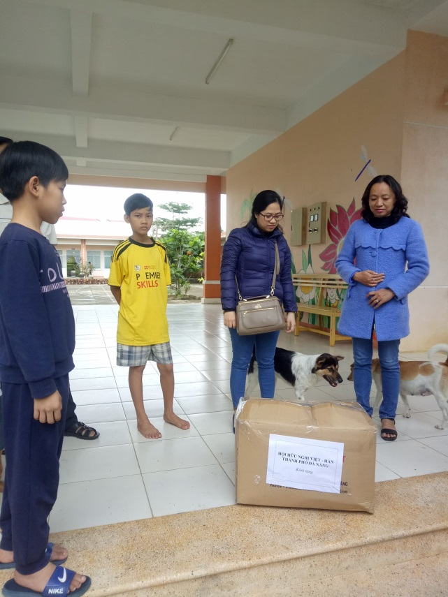 Liên hiệp các tổ chức hữu nghị và Hội hữu nghị Việt - Hàn  thành phố trao quà của công ty Panko
