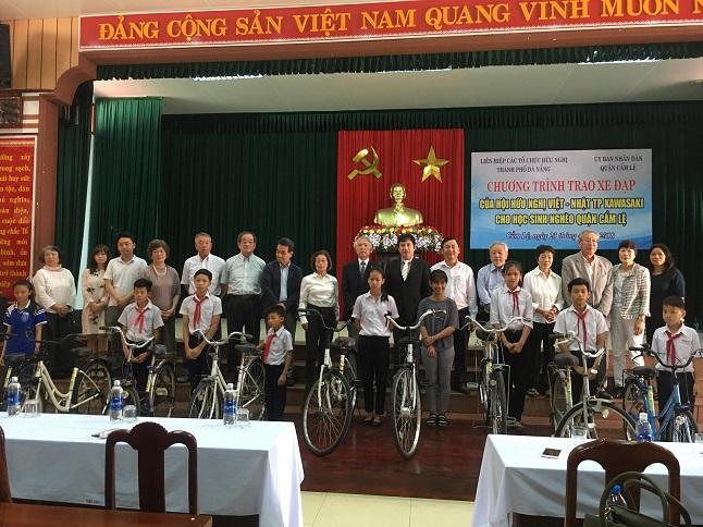 Đoàn Hội hữu nghị Nhật - Việt thành phố Kawasaki trao xe đạp cho học sinh có hoàn cảnh khó khăn trên địa bàn thành phố Đà Nẵng