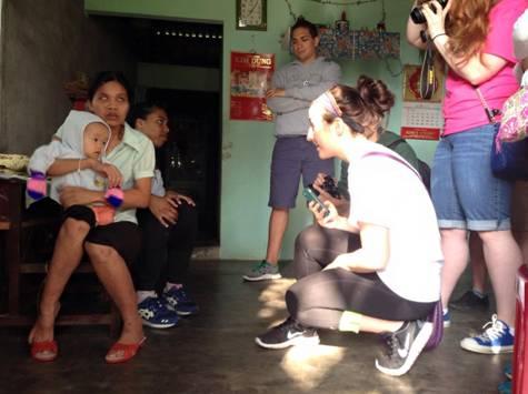 Sinh viên Mỹ thăm và tặng quà cho gia đình nạn nhân chất độc da cam.